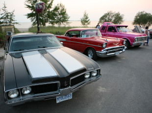 Muscle cars, classic cars and pickup trucks, all at Cruisers Nights